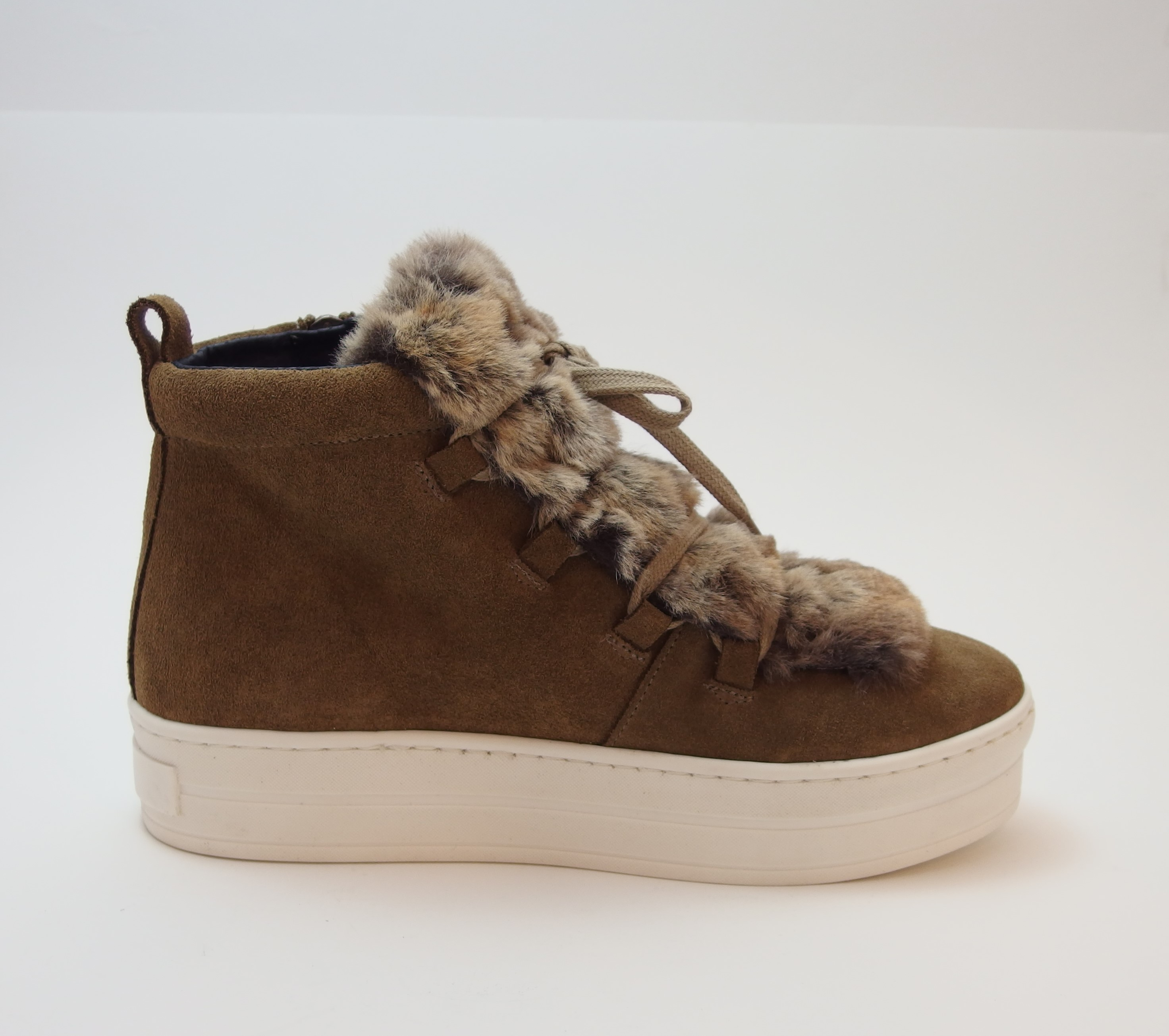 Sneaker abotinada serraje camel
